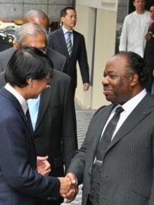 El presidente de Gabón, Ali Bongo (dcha.), de visita en Singapur