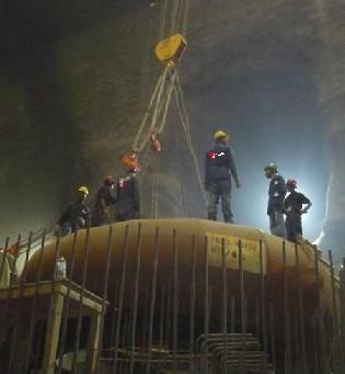Instalación de una turbina en la central hidroeléctrica de Beles, en el oeste de Etiopía